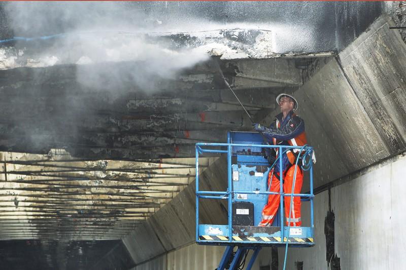 VELSEN : Werkzaamheden renovatie van de Velsertunnel . FOTO : RON PICHEL