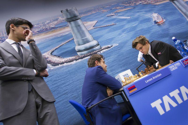 WIJK AAN ZEE: Anish Giri bekijkt de partij van Magnus Carlsen tegen Levon Aronian tijdens de 6e ronde van het Tata Steel Schaaktoernooi.  FOTO : RON PICHEL